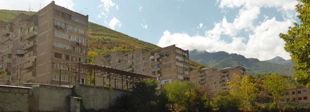 Les derniers immeubles soviétiques avant le col à 2535m qui sépare l'ex-URSS de l'Iran.