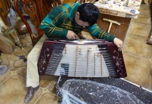 Dans les boutiques, les luthiers refont la marqueterie des tchang, le santour du Turkestan