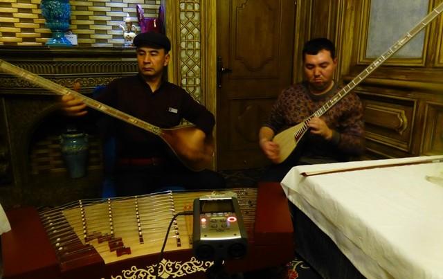 Les ouïgours avaient pas trop l'air de déconner donc j'ai préféré éviter de leur parler de flûte de pan en forme de cornemuse. Au cas où.