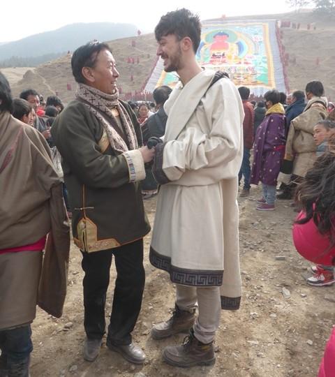 J'ai bien essayé de me déguiser en Tibétain pour demander conseil à Roualgoun, le chanteur le plus connu de la région. Rien.
