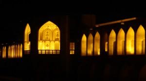Sous les arches du pont Khajou