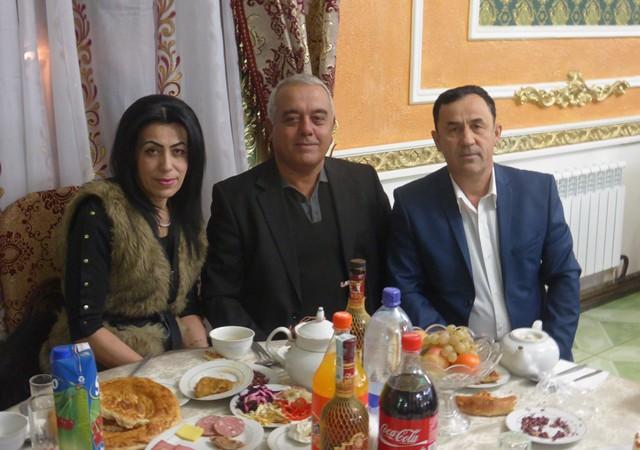 De gauche à droite : Saodat Gulamova, le King de la fête, et Sadriddin Gulov